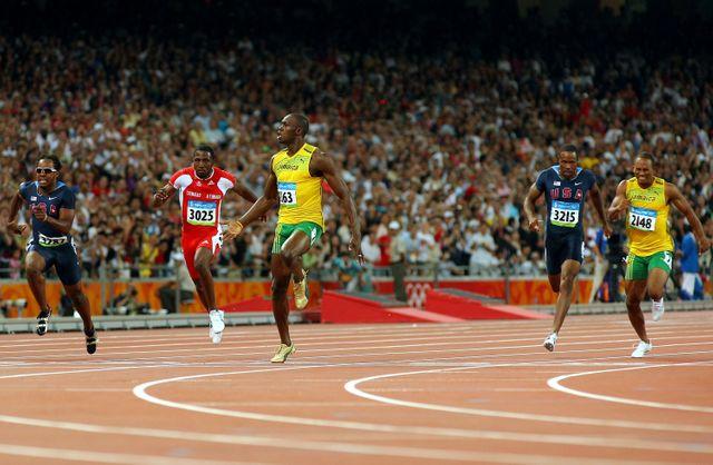 Usain Bolt franchit la ligne d'arrivée et remporte la finale du 100 mètres masculin lors de la huitième journée des Jeux Olympiques de Beijing le 16 août 2008.