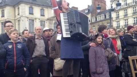 Corinne, l'une des cheffe de chœur de l'après-midi, jouait aussi de l'accordéon pour accompagner le chœur