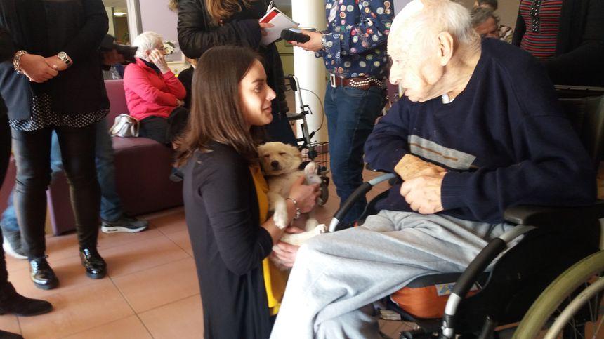 Les résidents de la maison de retraite font connaissance avec Oscar.