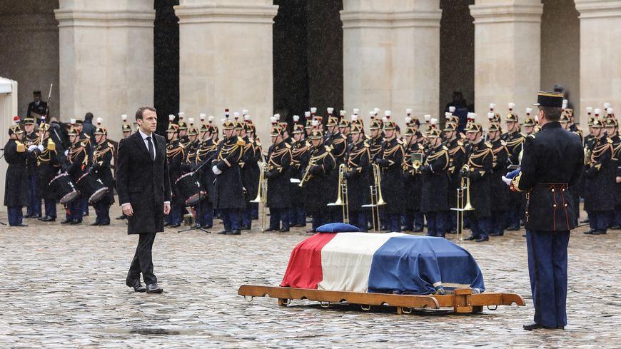Emmanuel macron a rendu hommage à Arnaud Beltrame dans la cour des Invalides, à Paris.