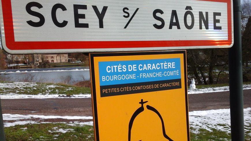 Une Cité de Caractère, et pas seulement de caractères d'imprimerie sur le panneau du village ! S-C-E-Y-   -S-U-R-   -S-A-Ô-N-E-   -E-T-   -S-A-I-N-T-   -A-L-B-I-N