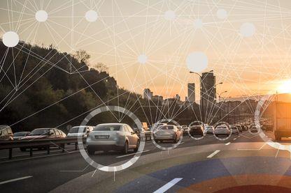 Le système C-V2X (Cellular Vehicle-to-Everything) permet aux voitures de communiquer entre elles mais aussi avec des infrastructures