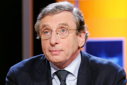 Le psychanalyste et essayiste Alain Braconnier est photographié, le 11 janvier 2005 à Paris, sur le plateau de l'émission littéraire de TF1 Vol de Nuit.