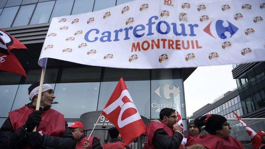 Les salariés manifestent devant le siège de Carrefour, à Massy, le 1er mars dernier.