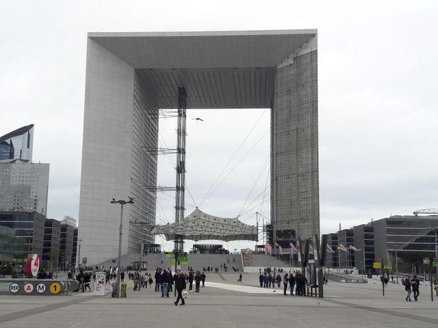 L'Arche de la Défense vue du bas
