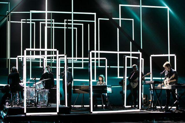 De son propre aveu, Charlotte Gainsbourg se sent plus à l'aise sur scène derrière un piano