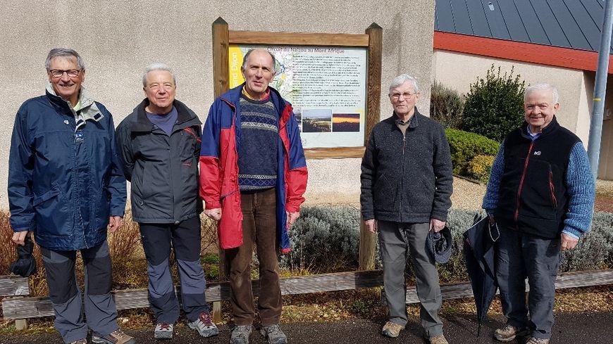Le groupe de baliseurs bénévoles devant le panneau de départ de la randonnée