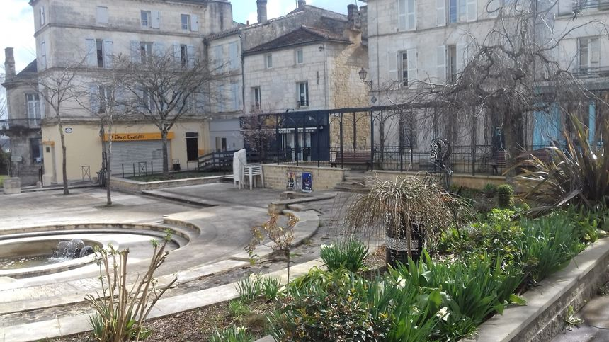 La place du Palet, dans le Vieil Angoulême, où les SDF sont nombreux à fouiller les poubelles - Radio France