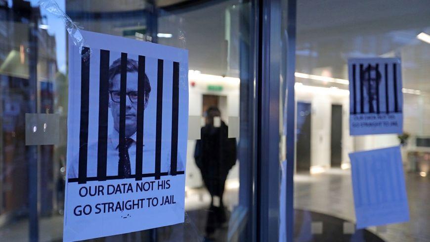 La société Cambridge Analytica et son patron sont accusés d'avoir volé les données personnelles de millions d'utilisateurs de Facebook.