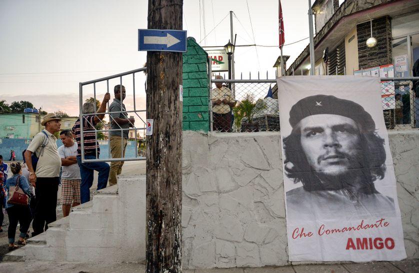 Jour d'élections à Cuba, devant un bureau de vote à Santa Clara