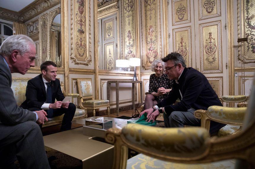 Une séance photo a eu lieu dans les salons de l'Elysée jeudi 8 mars, la veille du départ du Chef de l'Etat en Inde.