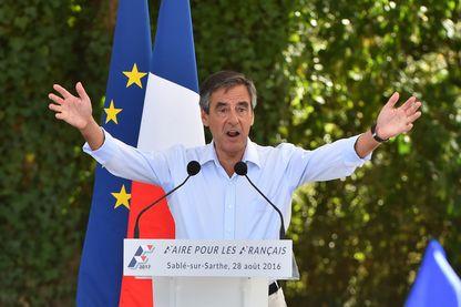 en vue de l'élection présidentielle de 2017, François Fillon, prononce un discours lors d'une réunion le 28 août 2016 à Sable-sur-Sarthe, dans l'ouest de la France.