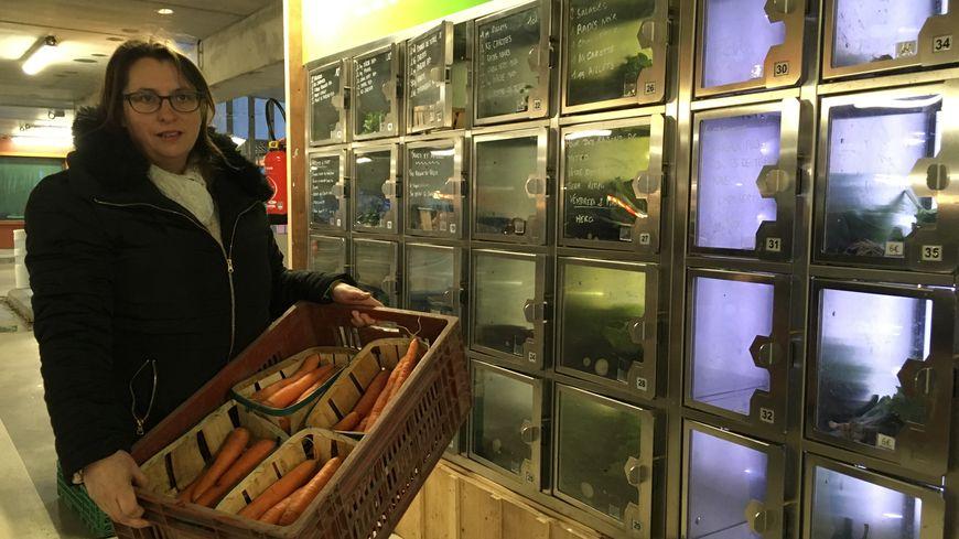 Aurore Sournac devant son distributeur de légumes