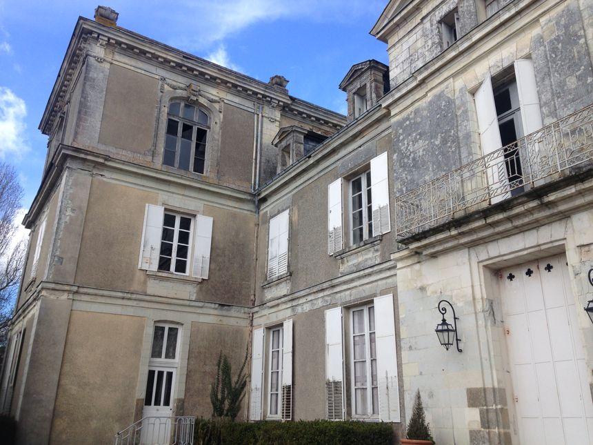Le château est entouré de douves, la propriété s'étend sur 72 hectares.