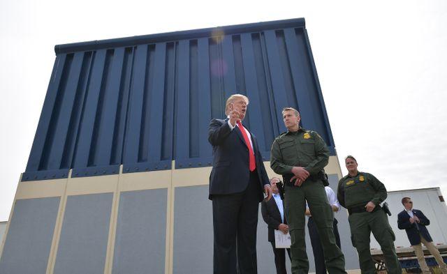 Donald Trump en visite à la frontière USA/Mexique en Californie pour voir les prototypes de murs