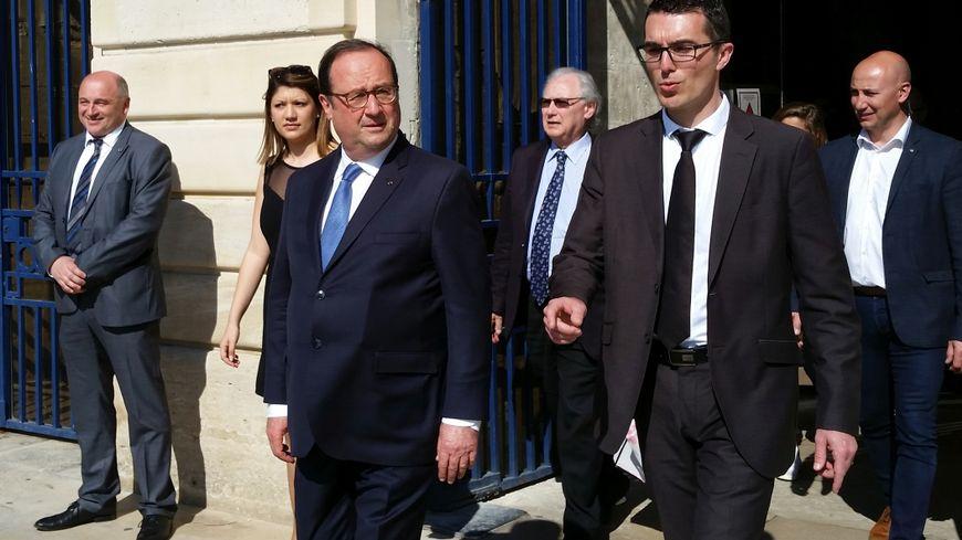 François Hollande sur le parvis de la mairie de Châlons-en-Champagne