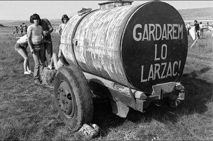 Militants pacifistes et agriculteurs manifestent contre l'extension d'un camp militaire sur le plateau du Larzac, le 14 août 1977