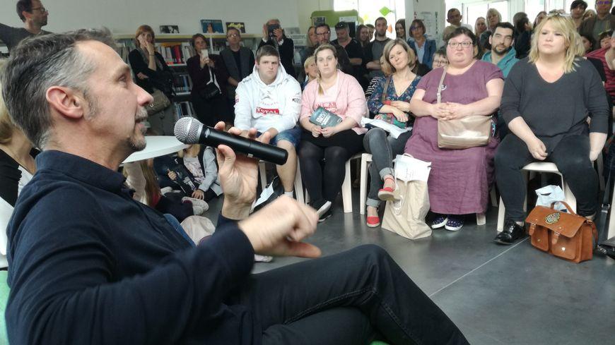 Plus de 300 fans se sont serrés dans la médiathèque de Dainville pour rencontrer leur auteur préféré.