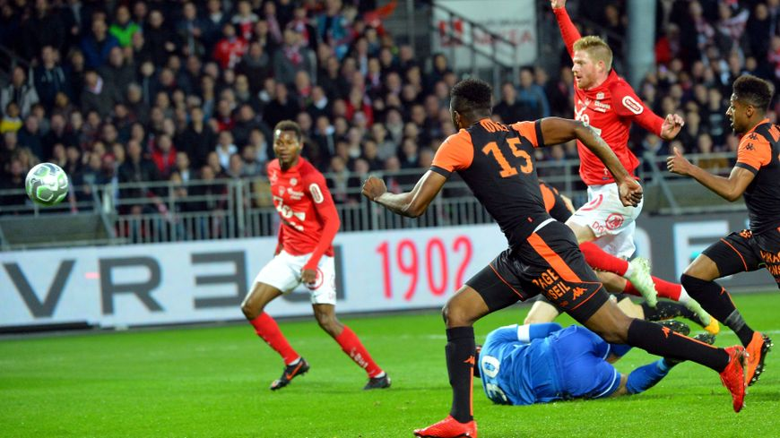 Gaëtan Charbonnier a inscrit le premier but pour Brest d'une balle piquée, à la 25ème minute.