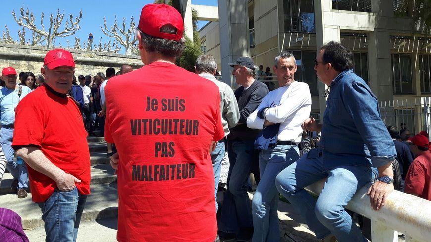 Une centaine de viticulteurs présents devant le tribunal de Montpellier  pour soutenir leurs collègues