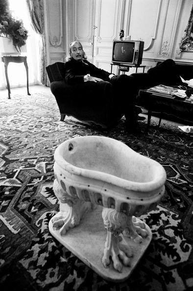 Dali, dans sa chambre du Meurice le 24 octobre 1973.