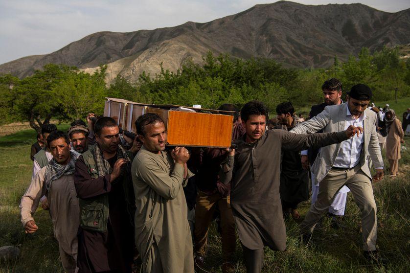 Des proches du photographe de l'Agence France Presse Shah Marai Faizi portent le cercueil de leur ami tué dans un attentat à Kaboul (30/04/18)