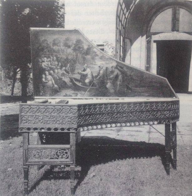"""Clavecin du XVIème siècle avec ses peintures du Verrocchio appartenant à Wanda Landowska et photographié en 1930 dans son jardin de Saint-Leu-la Forêt. Photo tirée du livre """"Sonderstab Musik"""""""