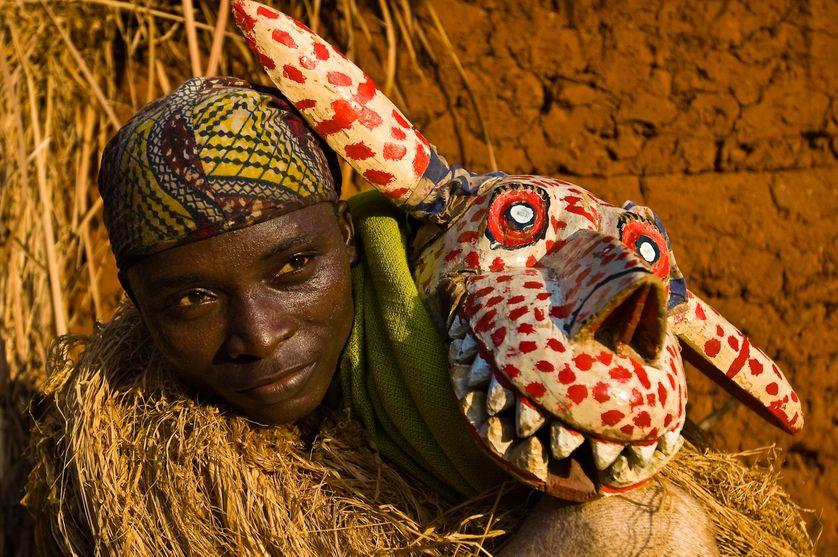 Parfait Sossu portant le costume traidtionnel Hla Hyena pendant une danse Guéledé