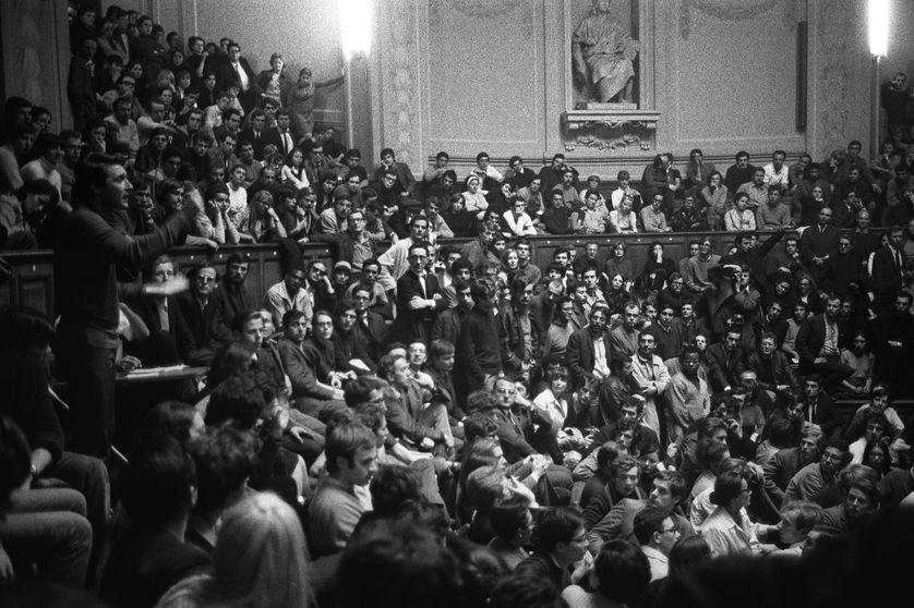 Un étudiant contestataire intervient, le 15 mai 1968 à Paris, devant des étudiants en grève, dans un amphithéâtre de la Sorbonne occupée