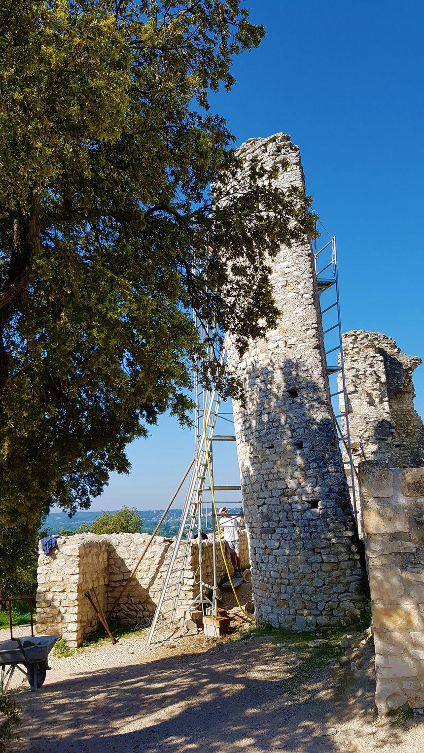 La tour du site de Thouzon en cours de restauration.