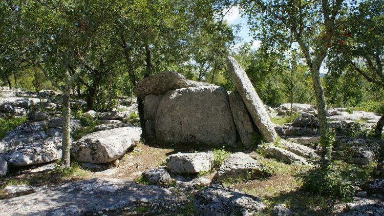 Ce dolmen a été rénové et sera accessible via un sentier.