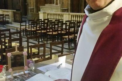 Le père Bruno Horaist célèbre sa quatrième messe mensuelle en hommage à Johnny Halliday