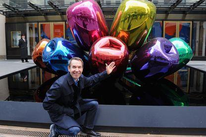 """Jeff Koons devant sa sculpture """"Tulipes"""" à New-York. L'artiste a offert un bouquet analogue à la France en hommage aux victimes des attentats"""