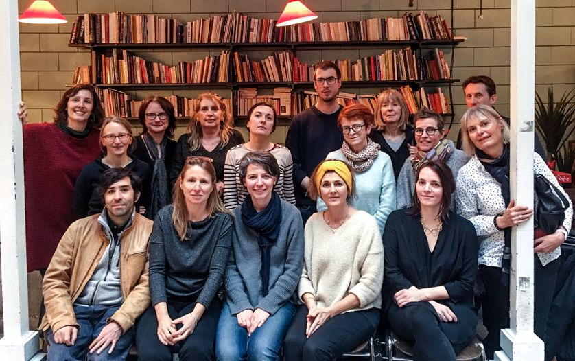 Les membres réunis le 17 mars à Paris pour l'assemblée générale constitutive de l'Association des correcteurs de langue française, avec en bas, au milieu, foulard bleu, Solène Bouton