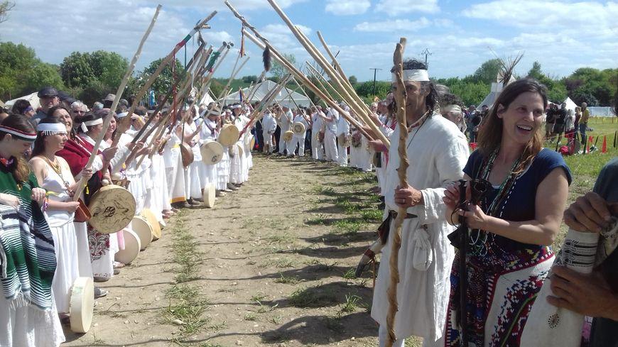 La haie d'honneur pour les 180 chamans venus du monde entier