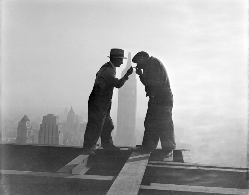 Travailleurs partageant une cigarette en haut d'un gratte-ciel, New York, 1932