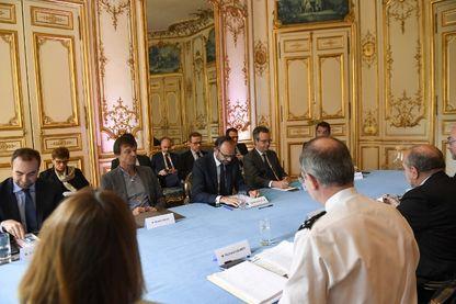 Sébastien Lecornu, Nicolas Hulot et le Premier ministre français Edouard Philippe assistent à une réunion à Matignon face avec le Préfet de la région Pays de la Loire, à propos de la ZAD
