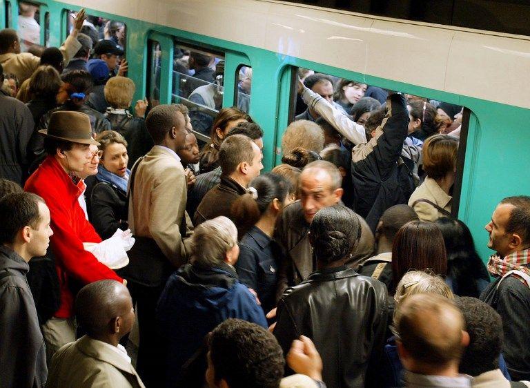 Des usagers tentent de s'insérer dans un métro déjà blindé.