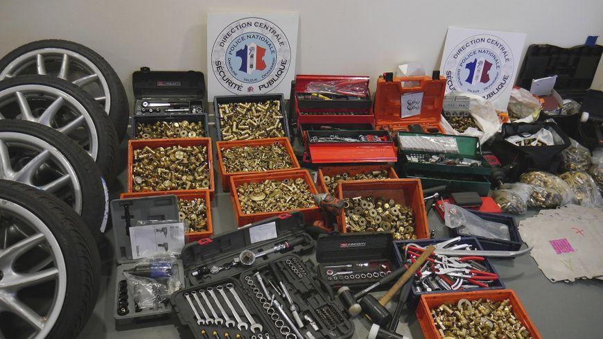 La police a retrouvé au domicile de 2 salariés des centaines de kilos de boulons en laiton