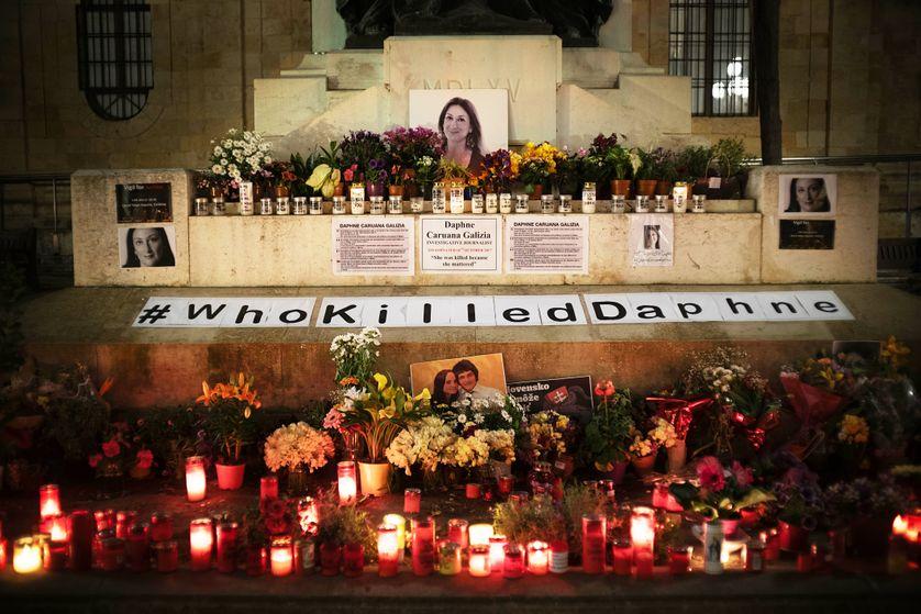 Mémorial pour Daphne Caruana Galizia, dans la capitale maltaise. Trois suspects ont été arrêtés début décembre. De nombreux éléments semblent les désigner. Mais un manque cruellement : le mobile.