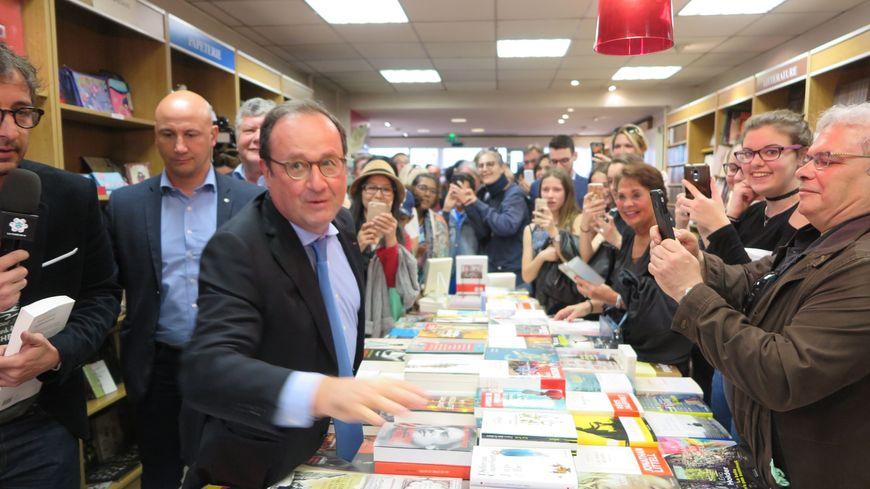 François Hollande en dédicace à Poissy