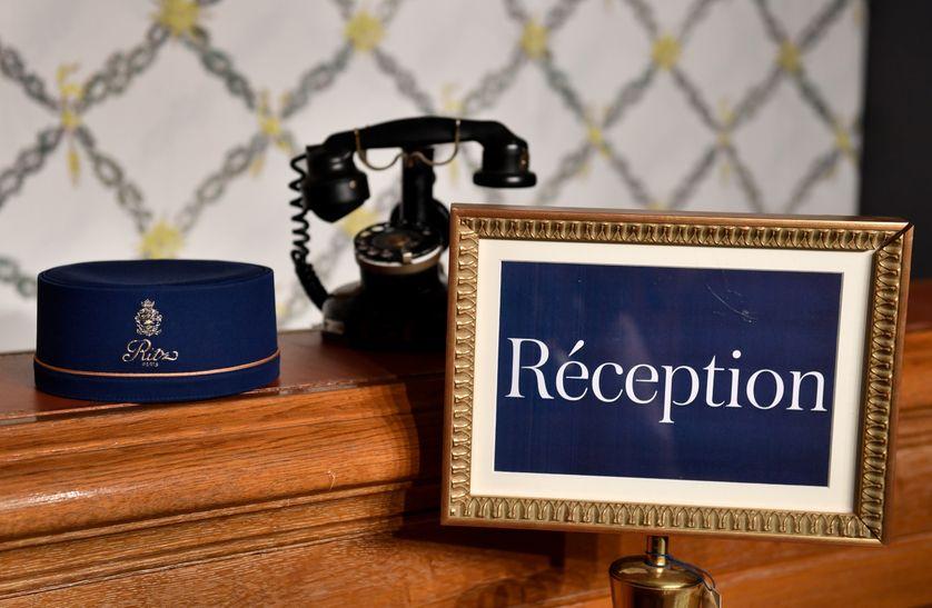 Un chapeau de groom et un vieux téléphone qui font partie des objets mis en vente par le Ritz.