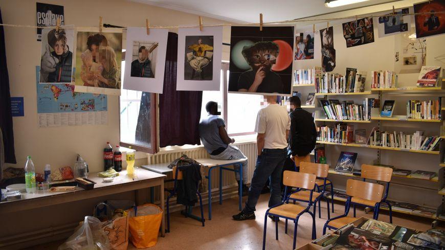 Les réalisations des détenus ont été exposées ce mercredi dans la bibliothèque de la maison d'arrêt © Radio France - Rémi Brancato