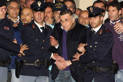 Arrestation de Michele Zagaria, un criminel appartenant à la Camorra., chef du clan des Casalesi, considéré comme le clan mafieux le plus puissant d'Italie, escorté par les policiers de Caserta.