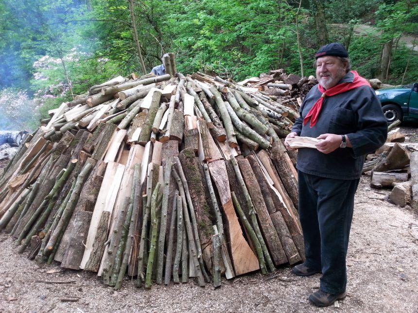 Hubert Kettering a revêtu l'habit traditionnel des charbonniers