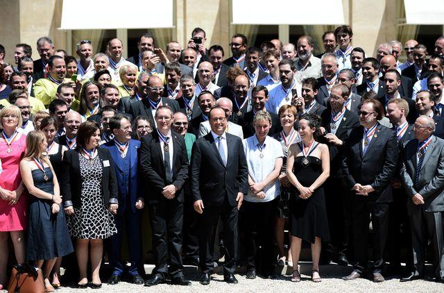 Les meilleurs ouvriers de France, sessions 2015, à l'Elysée posent avec François Hollande