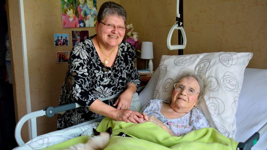 Claudine Petit, au chevet de sa pensionnaire, Andrée Jardot, 95 ans, à Hérimoncourt