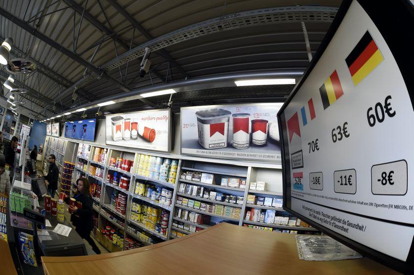 Vente de cigarettes dans une station service de Berchem, au Luxembourg. Ouverte nuit et jour, 7 jours sur 7, cette station est l'une des plus lucratives d'Europe (plus de 1 million de voitures/an !)