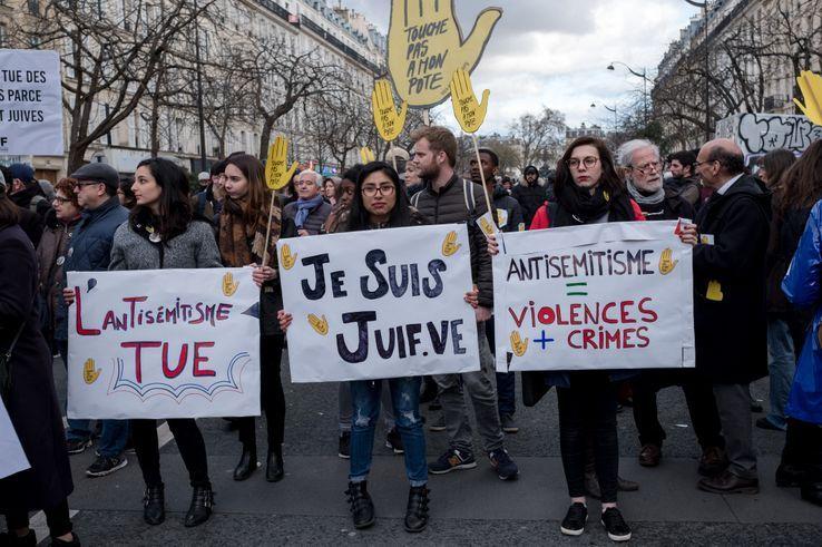 Des manifestants lors de la marche blanche en mémoire de Mireille Knoll le 28 mars