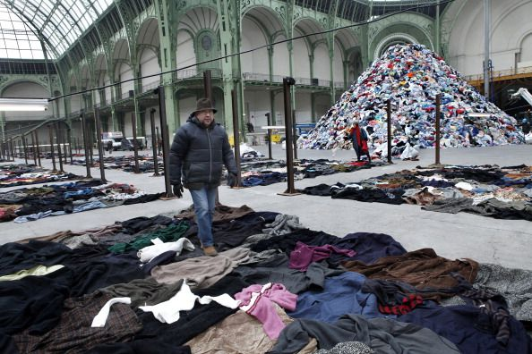 Monumenta 2010, Christian Boltanski (au centre de la photo), artiste invité au Grand Palais à Paris, le 9 janvier 2010